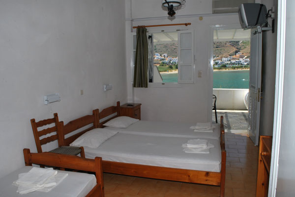 The rooms Dina Paleou in Kamares, next to the sea