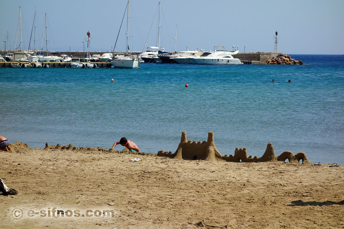 The sandy beach of Platis Gialos