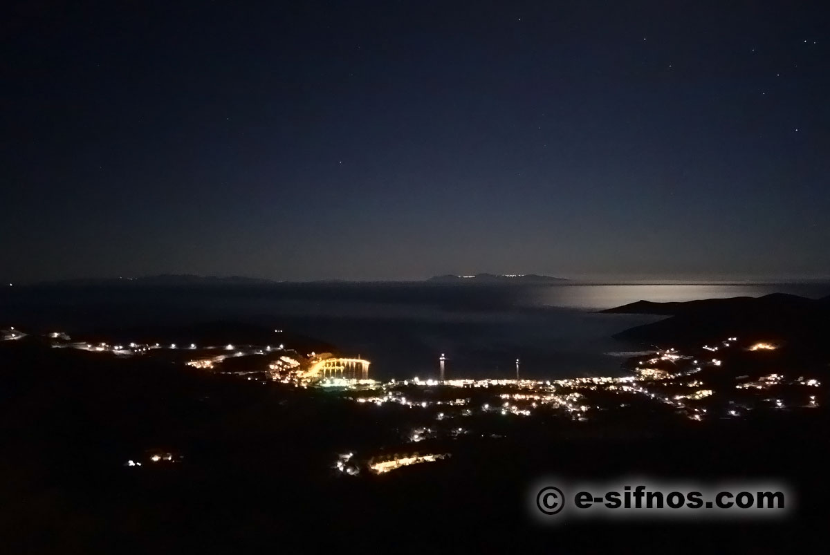 The gulf of Platis Gialos at night