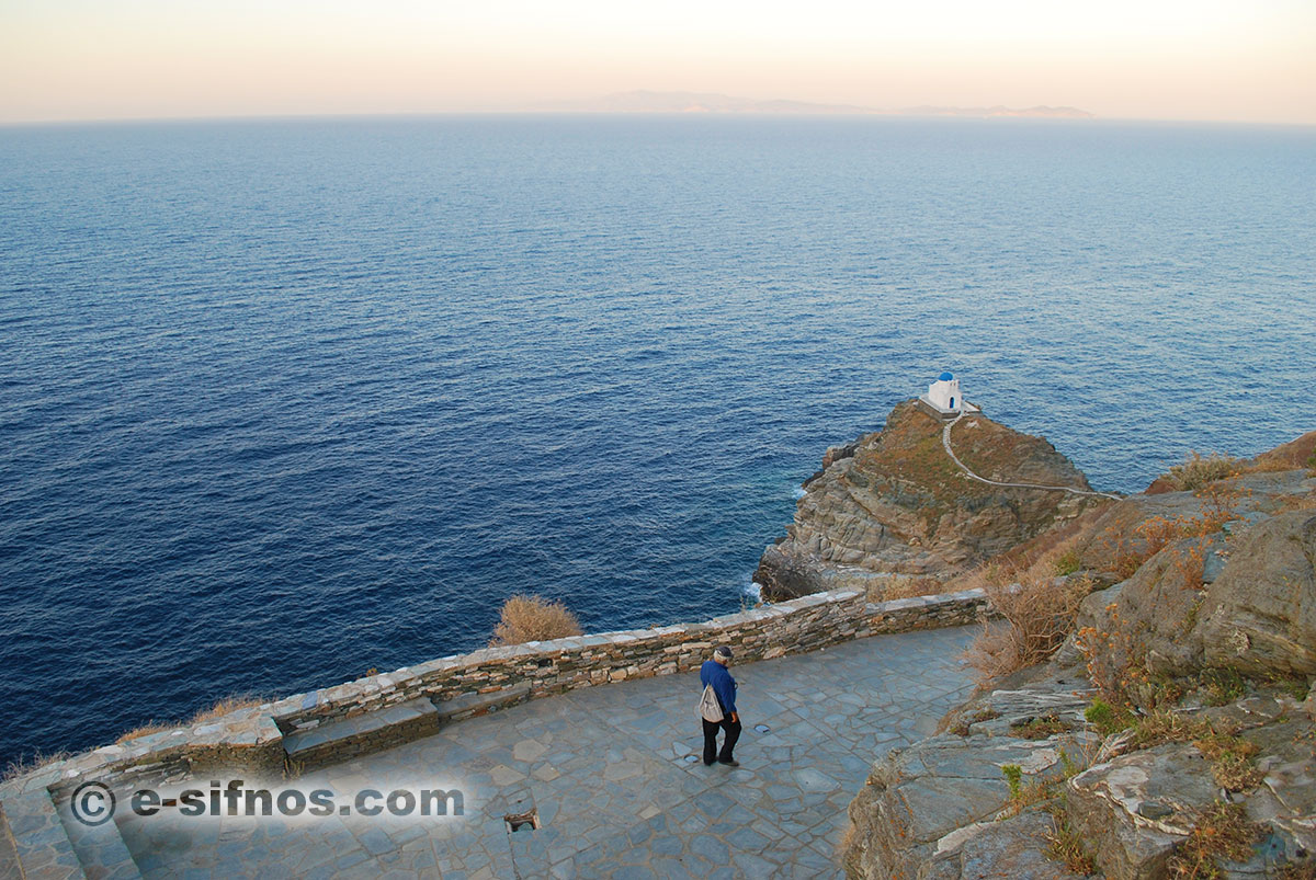 Walking at the peripheral path of Kastro in Sifnos